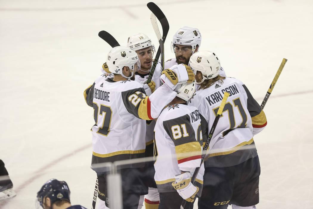 Las Vegas Golden Knights celebran un gol de segundo período por el centro: William Karlsson (71) contra los Jets de Winnipeg en el Juego 1 de una serie de playoffs de tercera ronda de hockey de l ...