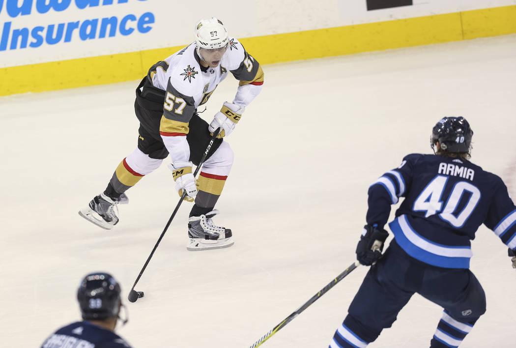 El ala izquierda de Vegas Golden Knights: David Perron (57) busca un pase cuando el ala derecha Winnipeg Jets: Joel Armia (40) se acerca durante el segundo período en el Juego 1 de una serie de p ...