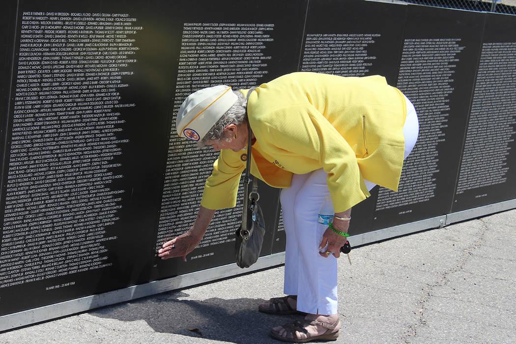 Ellis Carlise, recuerda a su esposo que falleció entre marzo 23 y 29 de 1968 en Vietnam. Sábado 12 de mayo del 2018. Parque Craig Ranch. Foto Cristian De la Rosa / El Tiempo - Contribuidor.