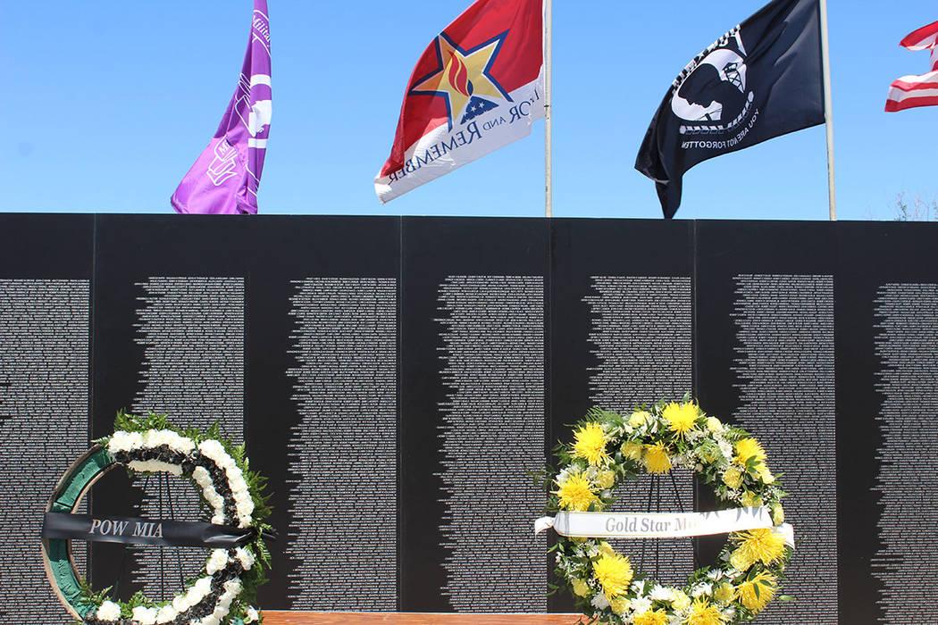 Familiares de muertos en guerra o veteranos buscan el nombre de un amigo en el monumento. Sábado 12 de mayo del 2018. Parque Craig Ranch. Foto Cristian De la Rosa / El Tiempo - Contribuidor.