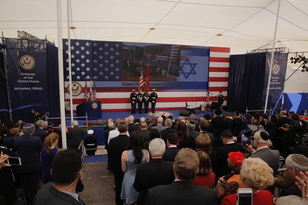 Presentación de los colores por los marines estadounidenses y canto del himno nacional estadounidense durante la ceremonia de inauguración de la nueva embajada de EE.UU. en Jerusalén, el lunes ...