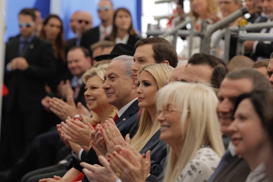 El primer ministro de Israel, Benjamin Netanyahu, a la izquierda, su esposa Sara Netanyahu, izquierda, el asesor principal de la Casa Blanca, Jared Kushner, tercera a la izquierda, la hija del pre ...
