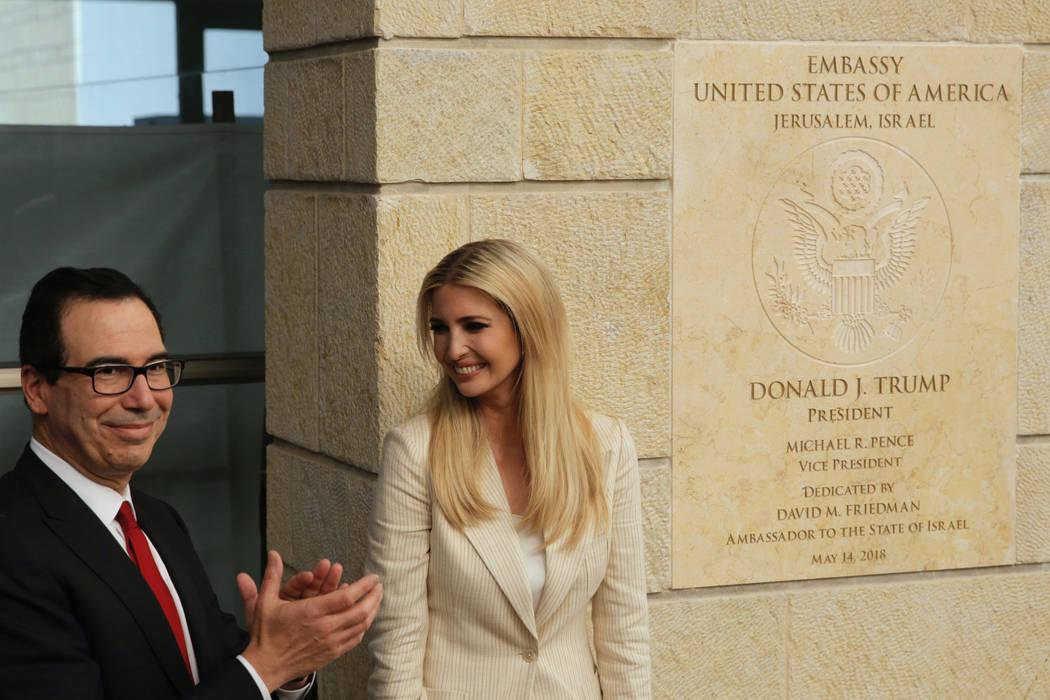 La hija del presidente estadounidense: Donald Trump, Ivanka Trump, derecha, y el secretario del Tesorería estadounidense, Steve Mnuchin, asisten a la ceremonia inaugural de la nueva embajada esta ...