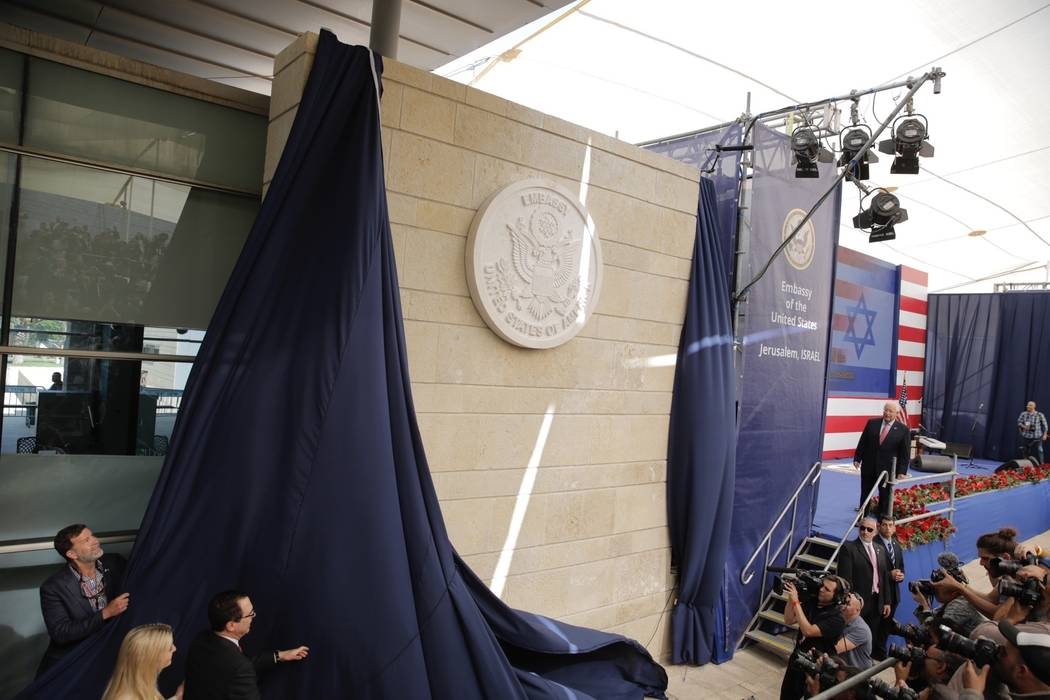 La hija del presidente estadounidense, Donald Trump, Ivanka Trump, izquierda, y el secretario de Tesorería estadounidense, Steve Mnuchin, revelan una placa de inauguración durante la ceremonia d ...