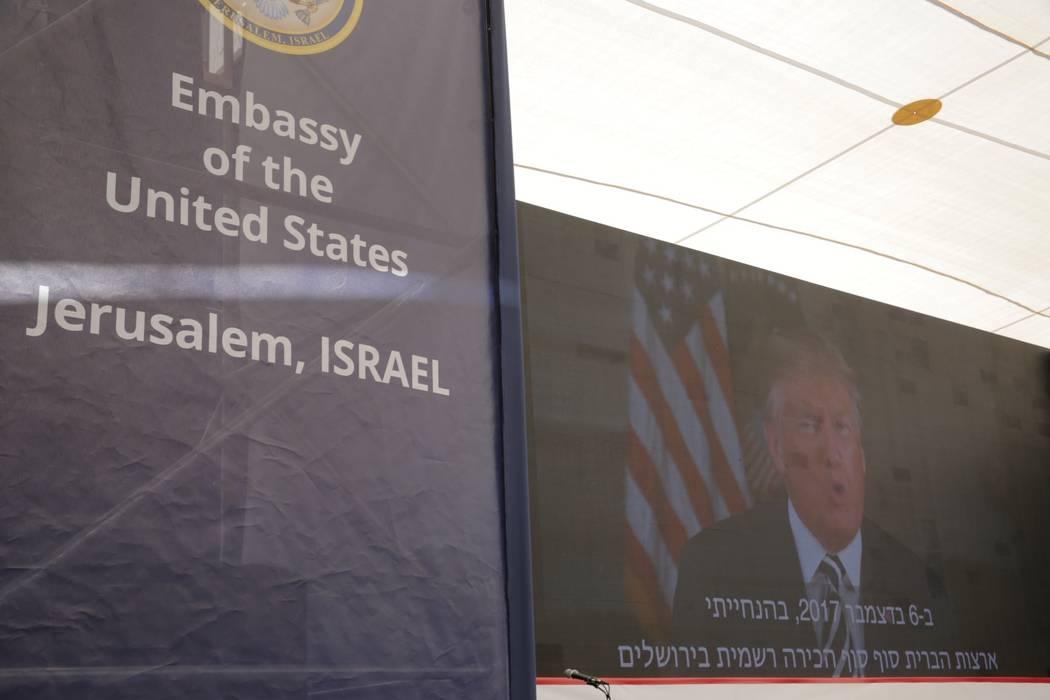 El presidente estadounidense, Donald Trump, aparece en la pantalla mientras pronuncia su discurso durante la ceremonia de apertura de la nueva embajada de EE.UU. En Jerusalén, el lunes 14 de mayo ...