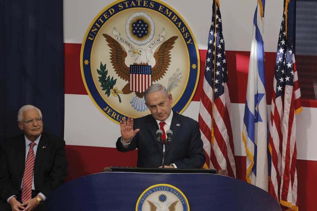 El primer ministro de Israel, Benjamin Netanyahu, pronuncia su discurso mientras el embajador de Estados Unidos en Israel: David Friedman escucha, durante la ceremonia de apertura de la nueva emba ...