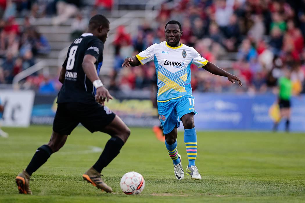 11 de mayo de 2018; Colorado Springs, CO, EE. UU .; El mediocampista del Las Vegas Lights FC Freddy Adu (11) se defiende contra el centrocampista del Colorado Springs Switchbacks FC Jamal Jack (8) ...