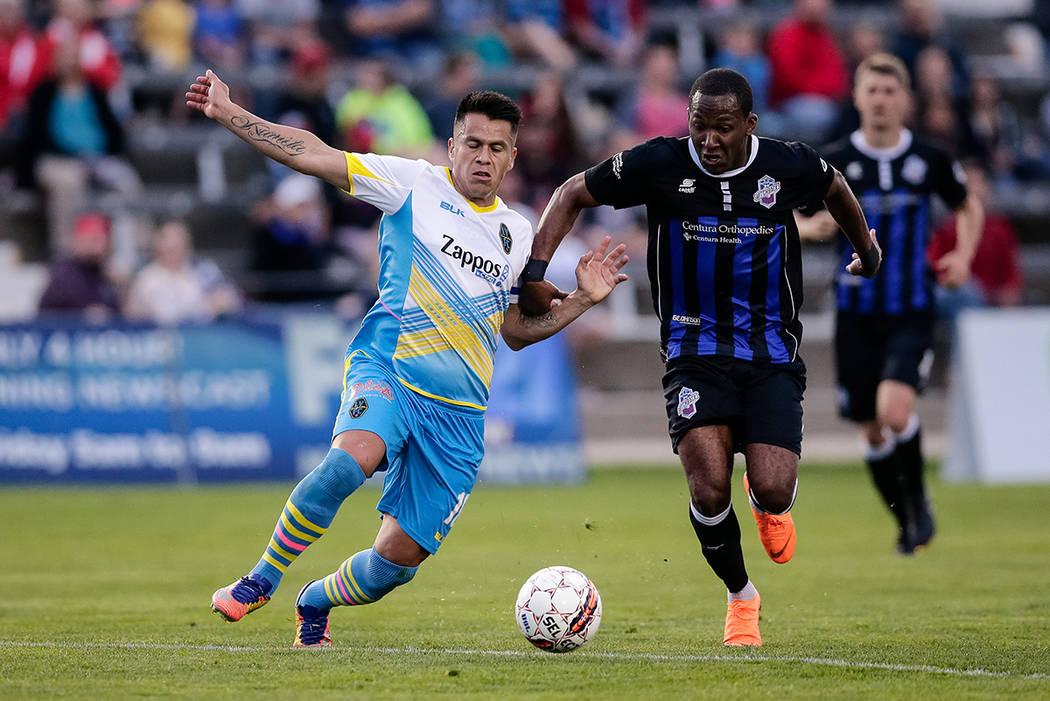 11 de mayo de 2018; Colorado Springs, CO, EE. UU .; El defensor de Las Vegas Lights FC Marcelo Alatorre (16) y Colorado Springs Switchbacks FC vencieron a Saeed Robinson (11) por el balón en la p ...