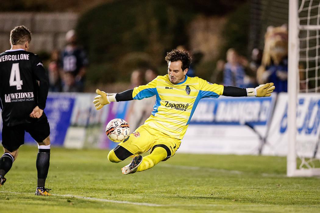 11 de mayo de 2018; Colorado Springs, CO, EE. UU .; El centrocampista del Colorado Springs Switchbacks FC Luke Vercollone (4) anota un gol más allá del portero de Las Vegas Lights FC Ricardo Fer ...