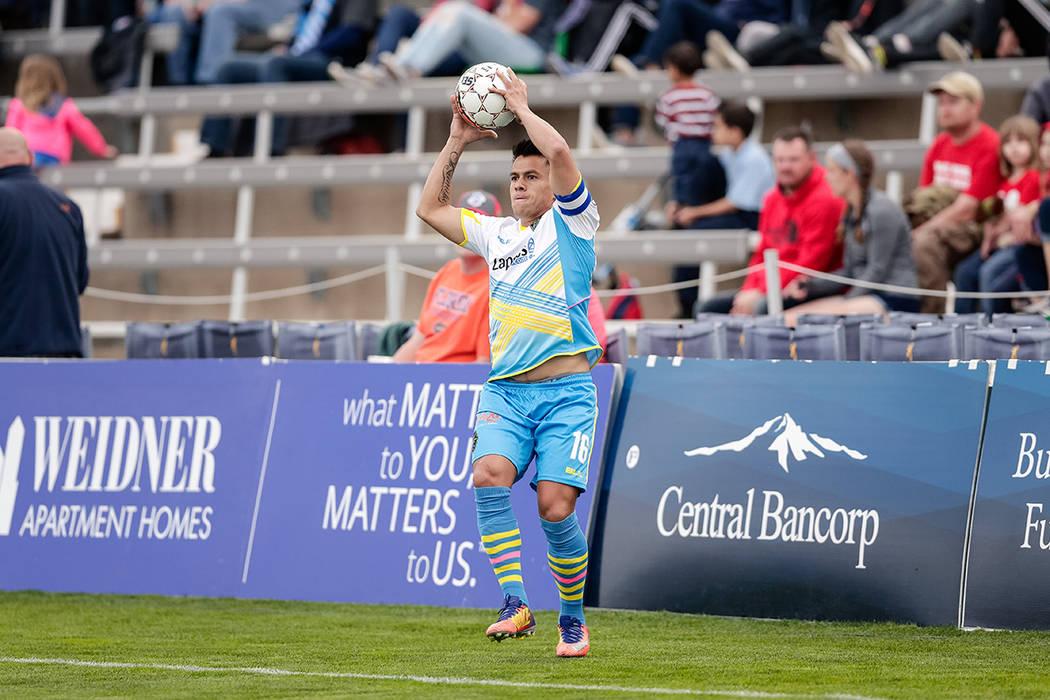 11 de mayo de 2018; Colorado Springs, CO, EE. UU .; El defensor de Las Vegas Lights FC Marcelo Alatorre (16) busca tirar el balón en la primera mitad contra los Colorado Springs Switchbacks FC en ...