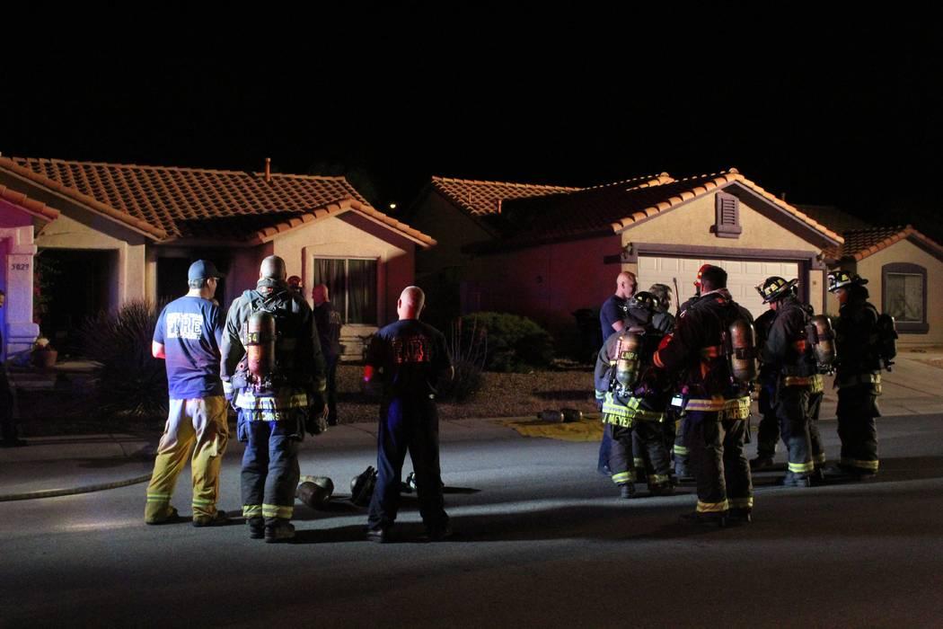 Los bomberos del Departamento de Bomberos de North Las Vegas responden a un incendio en 5920 N. Vista Del Rancho Way. (Max Michor / Las Vegas Review-Journal)