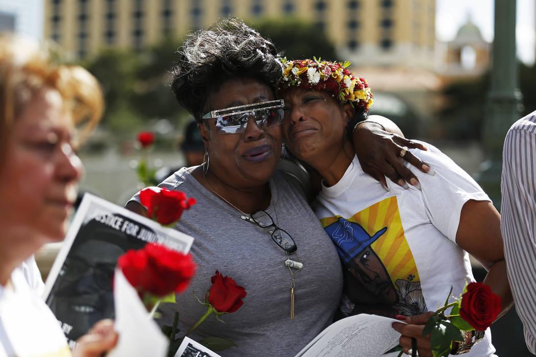 Margie Day abraza a Trinita Farmer, cuyo hijo Tashii Brown murió bajo la custodia del Departamento de Policía Metropolitana hace un año, durante una vigilia por él frente al Bellagio en Las Ve ...