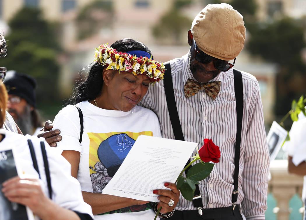 Trinita Farmer, cuyo hijo Tashii Brown murió bajo la custodia del Departamento de Policía Metropolitana hace un año, es acogido por Cornell McCrary durante un velorio frente al Bellagio en Las ...