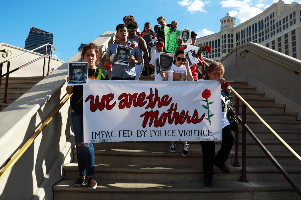 Los asistentes marchan hacia The Venetian durante un velorio para Tashii Brown, quien murió bajo la custodia del Departamento de la Policía Metropolitana hace un año, en Las Vegas el domingo 13 ...