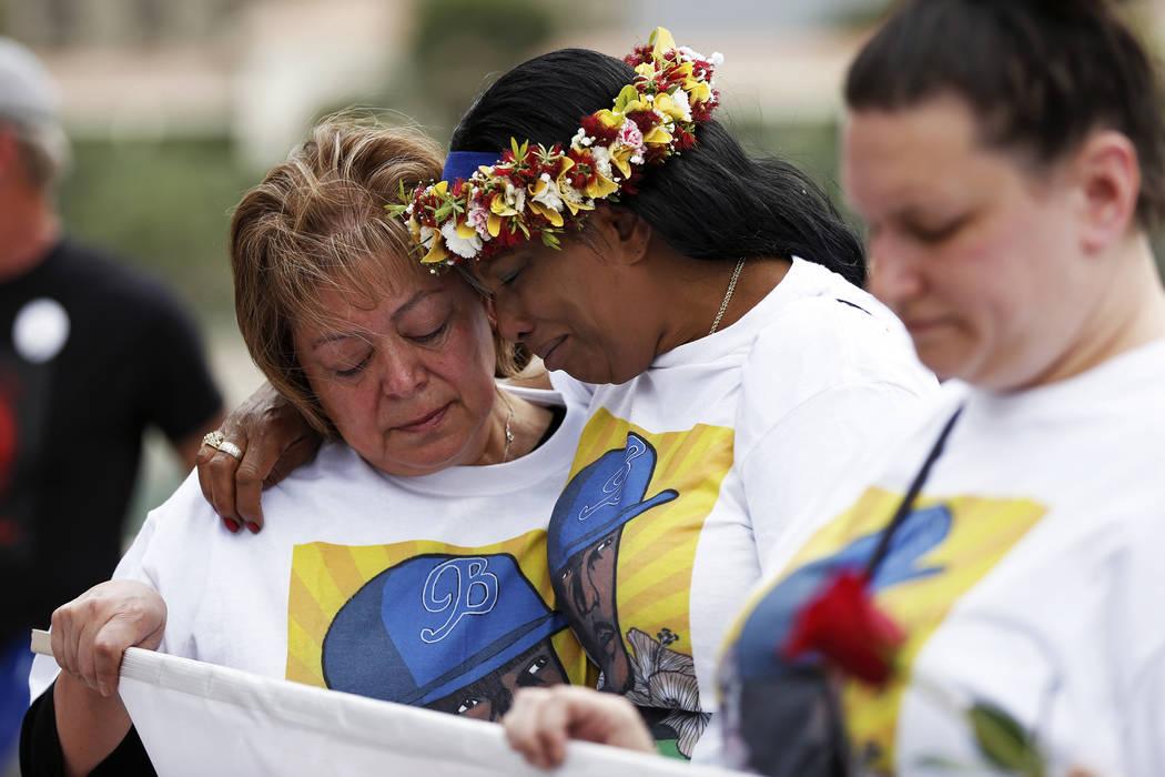 Trinita Farmer, cuyo hijo Tashii Brown murió bajo la custodia del Departamento de Policía Metropolitana hace un año, abraza a Alma Chavez durante un velorio frente al Bellagio en Las Vegas el d ...