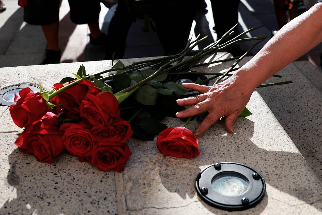 Alma Chávez coloca una rosa cerca de los escalones de The Venetian durante un velorio para Tashii Brown en Las Vegas el domingo 13 de mayo de 2018. Andrea Cornejo Las Vegas Review-Journal @dreaco ...
