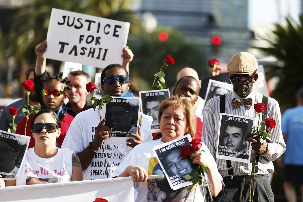 Los asistentes marchan hacia The Venetian durante un velorio para Tashii Brown, quien murió bajo la custodia del Departamento de Policía Metropolitana hace un año, en Las Vegas el domingo 13 de ...