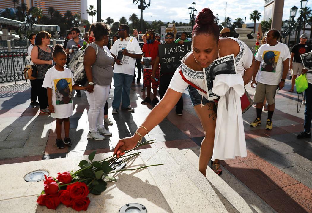 Los asistentes dejaron rosas para Tashii Brown, quien murió bajo la custodia del Departamento de Policía Metropolitana hace un año, frente a The Venetian en Las Vegas el domingo 13 de mayo de 2 ...