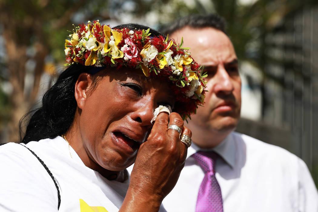 Trinita Farmer, cuyo hijo Tashii Brown murió bajo la custodia del Departamento de Policía Metropolitana hace un año, se secó las lágrimas durante un velorio para su hijo frente al Bellagio en ...