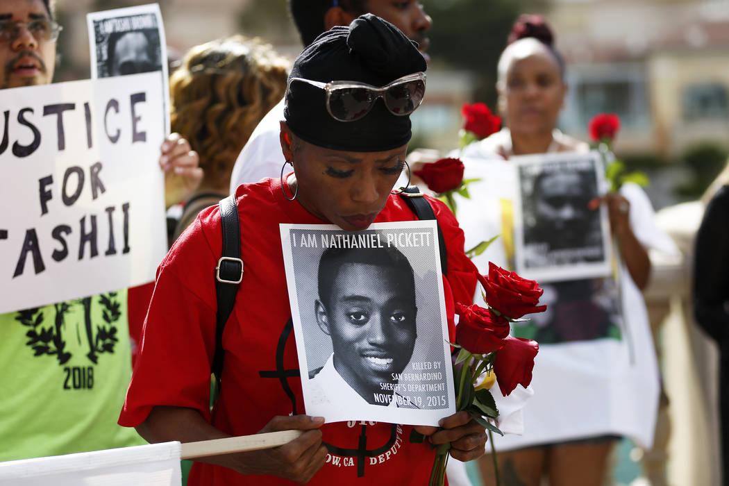 Dominic Archibald asiste a un velorio para Tashii Brown, quien murió bajo la custodia del Departamento de la Policía Metropolitana hace un año, frente al Bellagio en Las Vegas el domingo 13 de ...
