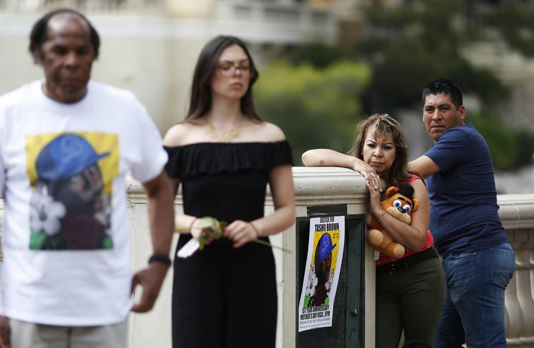Los espectadores esperan un velorio por Tashii Brown, quien murió bajo la custodia del Departamento de Policía Metropolitana hace un año, en el Bellagio de Las Vegas el domingo 13 de mayo de 20 ...