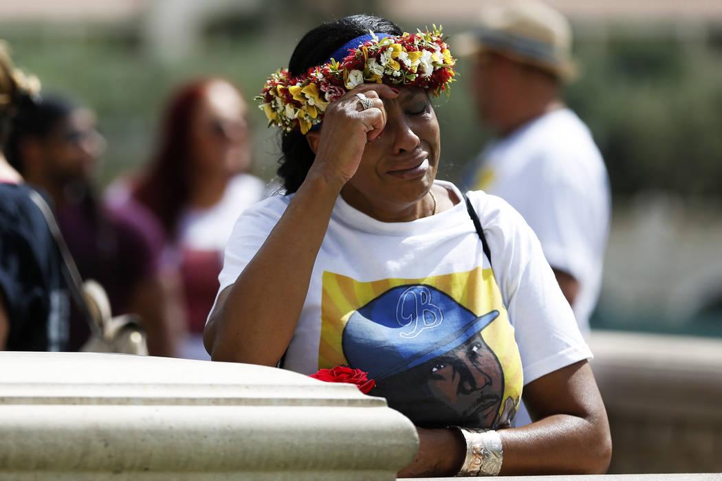 Trinita Farmer, cuyo hijo Tashii Brown murió bajo la custodia del Departamento de Policía Metropolitana hace un año, se secó las lágrimas durante un velorio por su hijo frente al Bellagio en ...