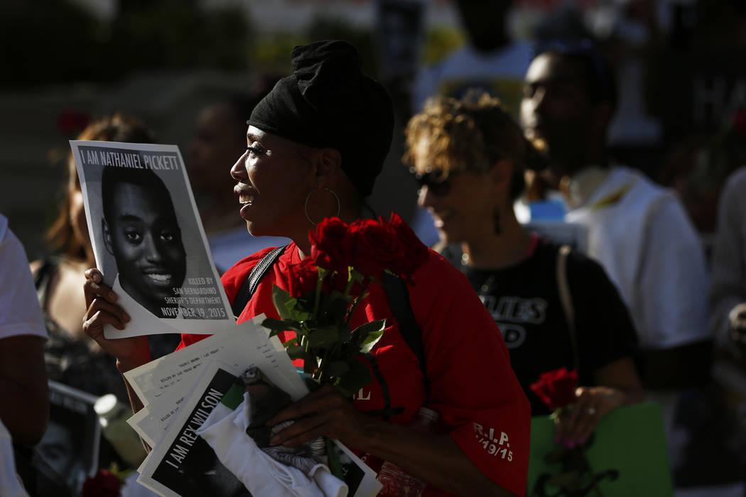Dominic Archibald asiste a un velorio por Tashii Brown, quien murió bajo la custodia del Departamento de Policía Metropolitana hace un año, frente al Bellagio en Las Vegas el domingo 13 de mayo ...