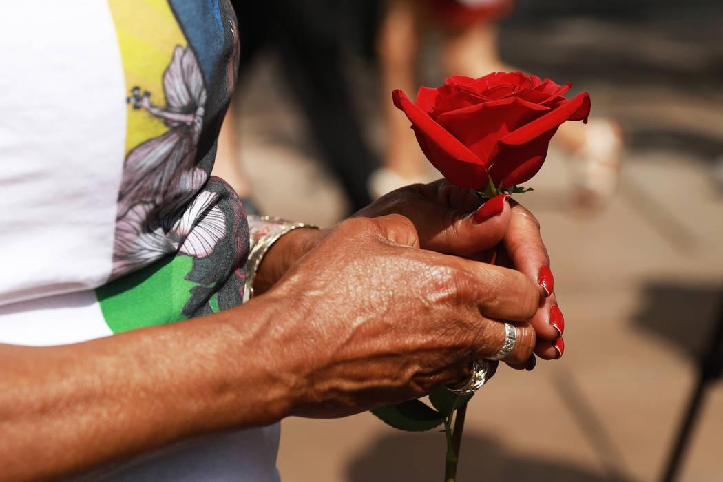 Trinita Farmer, cuyo hijo Tashii Brown murió bajo la custodia del Departamento de Policía Metropolitana hace un año, sostiene una rosa durante un velorio para su hijo frente al Bellagio en Las ...