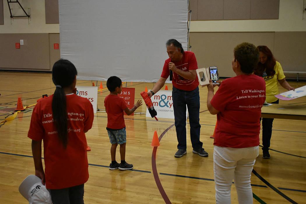 Los niños recibieron algunos obsequios debido a su participación con dibujos sobre el medio ambiente. Sábado 12 de mayo de 2018 en Chuck Minker Sports Complex. Foto Anthony Avellaneda / El Tiempo.
