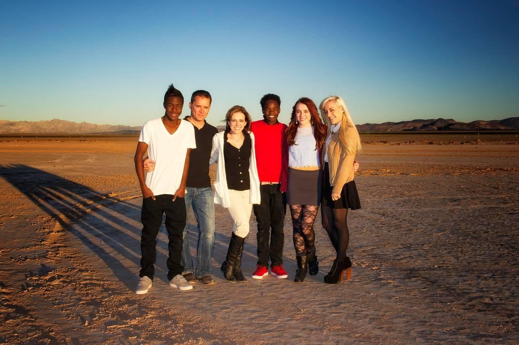 La familia Rice posa para una foto en 2013 en un lecho de un lago seco a las afueras de Las Vegas. De izquierda a derecha: Reagan Rice, Michael Rice, Cassie Rice, Becca Rice, Lauren Rice y Taylor ...