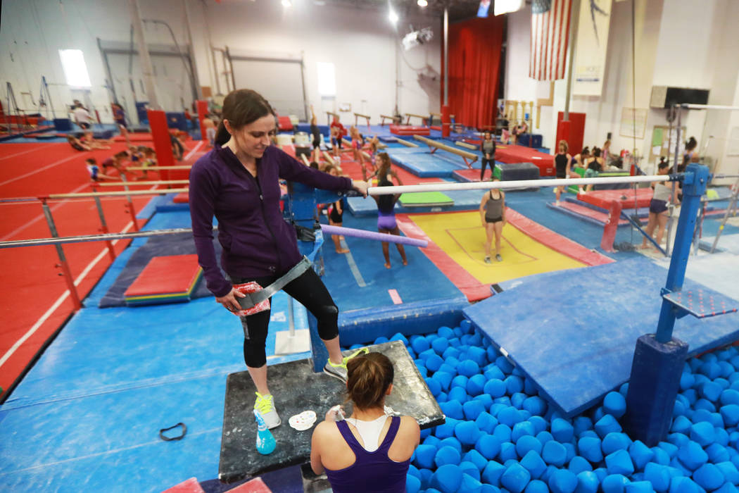 La entrenadora: Cassie Rice instruye a varias gimnastas en Gymcats, que ella posee, en Henderson el lunes 7 de mayo de 2018. Andrea Cornejo Las Vegas Review-Journal @dreacornejo