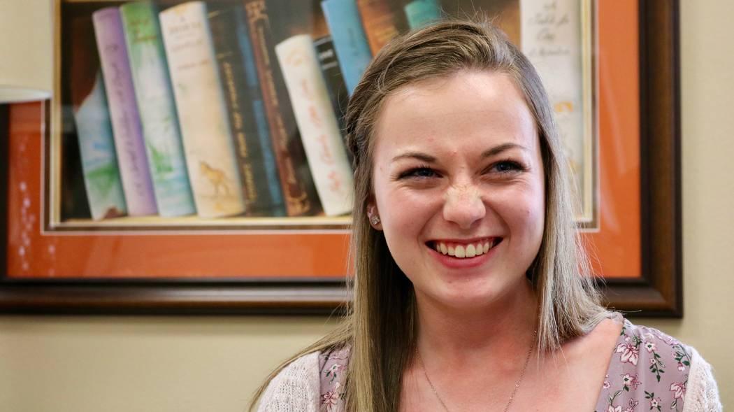 Taylor Kloos, una estudiante de último año en Northwest Career and Technical Academy, habla acerca de recibir una beca completa para Kentucky Wesleyan College de la Rogers Foundation en la sede ...