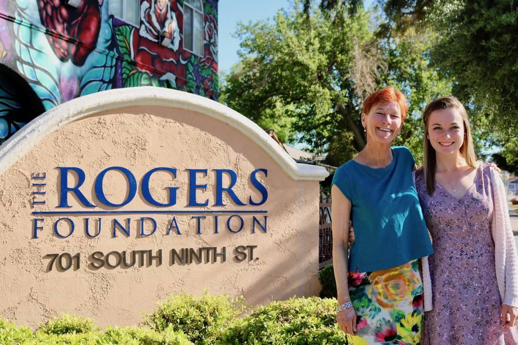 Beverly Rogers, presidenta de The Rogers Foundation y Taylor Kloos, una estudiante de último año de Northwest Career and Technical Academy, asisten a la sede de The Rogers Foundation en Las Vega ...