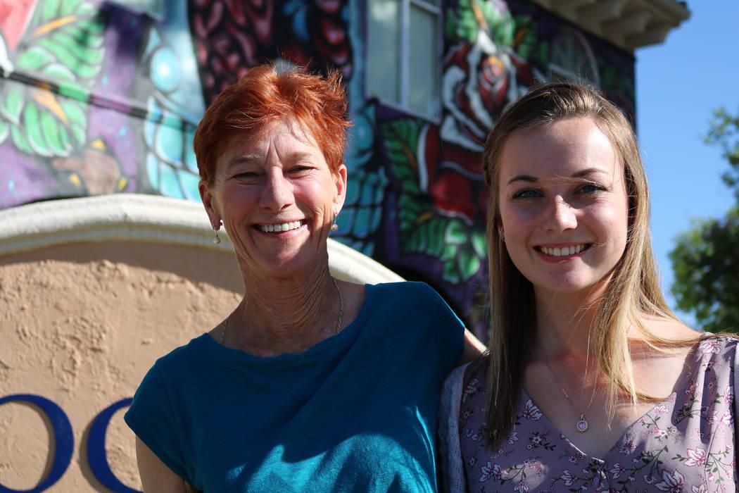 Beverly Rogers, presidenta de The Rogers Foundation y Taylor Kloos, una estudiante de último año en Northwest Career and Technical Academy, en la sede de The Rogers Foundation en Las Vegas, el l ...