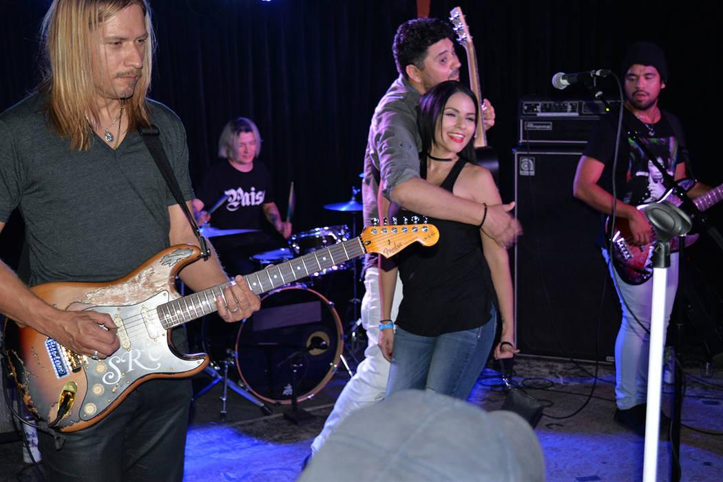 Jorge Guevara interpretó muchas canciones de Elefante, durante su presentación en Las Vegas. Sábado 12 de mayo en el Bunkhouse. Foto Frank Alejandre / El Tiempo.