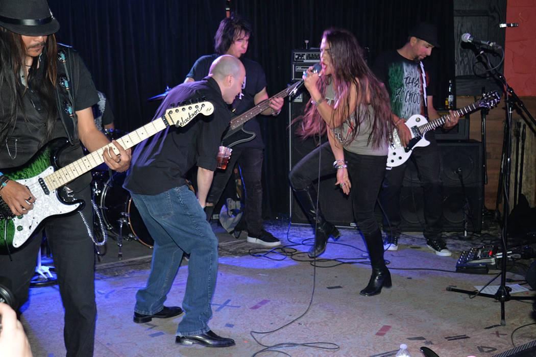 The Rokouts convivieron con la gente y subieron a sus fans a cantar en el escenario. Sábado 12 de mayo en el Bunkhouse. Foto Frank Alejandre / El Tiempo.
