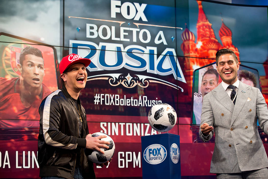 El cantante Regulo Caro visitó el estudio de Fox Deportes, en Los Ángeles. Foto Cortesía.