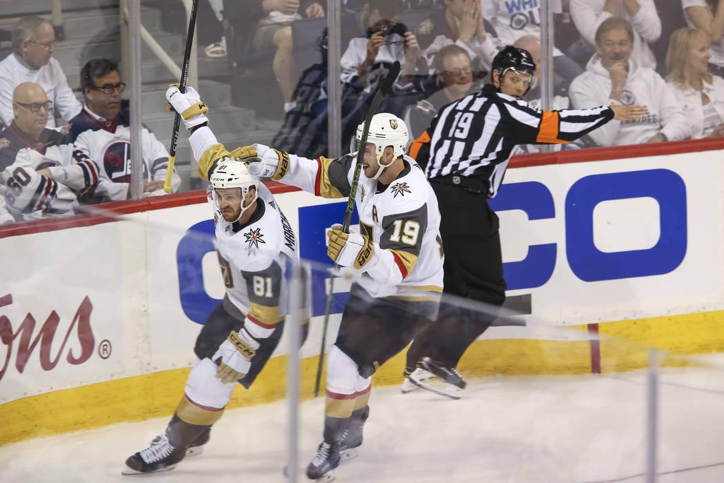 El centro de Vegas Golden Knights: Jonathan Marchessault (81), celebra con Reilly Smith (19) después de anotar contra los Jets de Winnipeg en el primer período en el Juego 2 de una serie de play ...