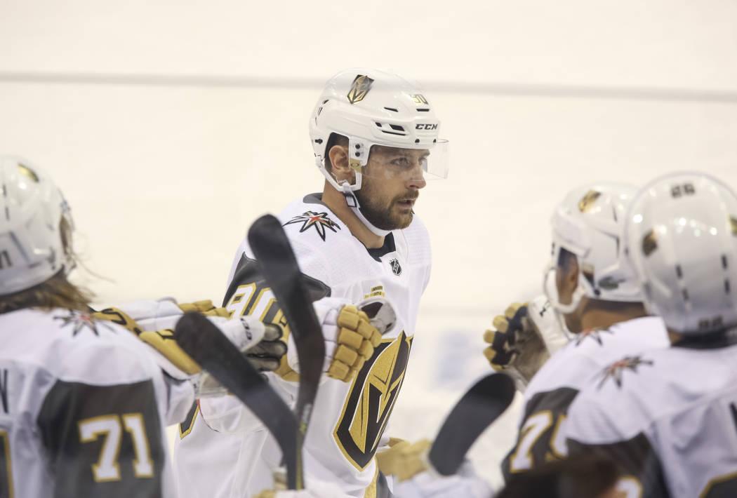 El alero izquierdo de Vegas Golden Knights: Tomas Tatar (90) celebra su primer gol de la temporada contra los Jets de Winnipeg en el Juego 2 de una serie de playoffs de tercera ronda de hockey de ...