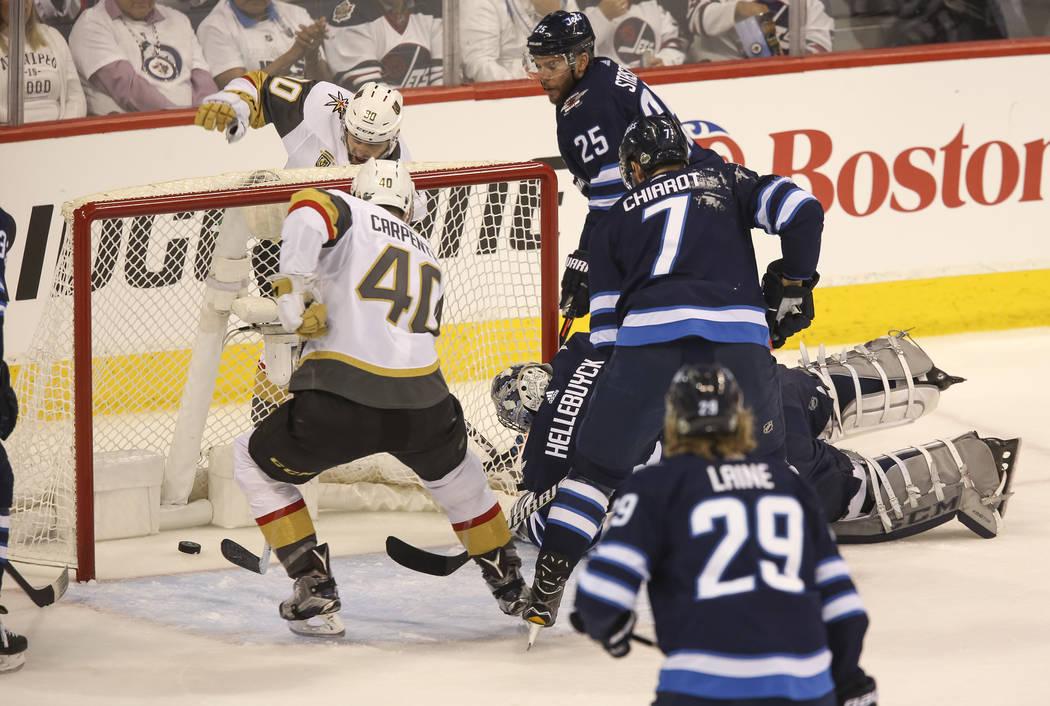 El centro de Vegas Golden Knights: Ryan Carpenter (40), intenta anotar contra los Jets de Winnipeg durante el primer período en el Juego 2 de una serie de playoffs de tercera ronda de hockey de l ...