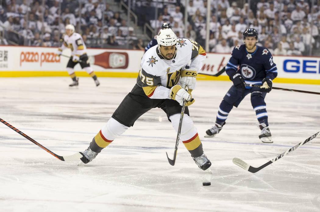 El alero derecho de Vegas Golden Knights: Ryan Reaves (75), controla el disco contra los Jets de Winnipeg durante el segundo período en el Juego 2 de una serie de playoffs de tercera ronda de hoc ...
