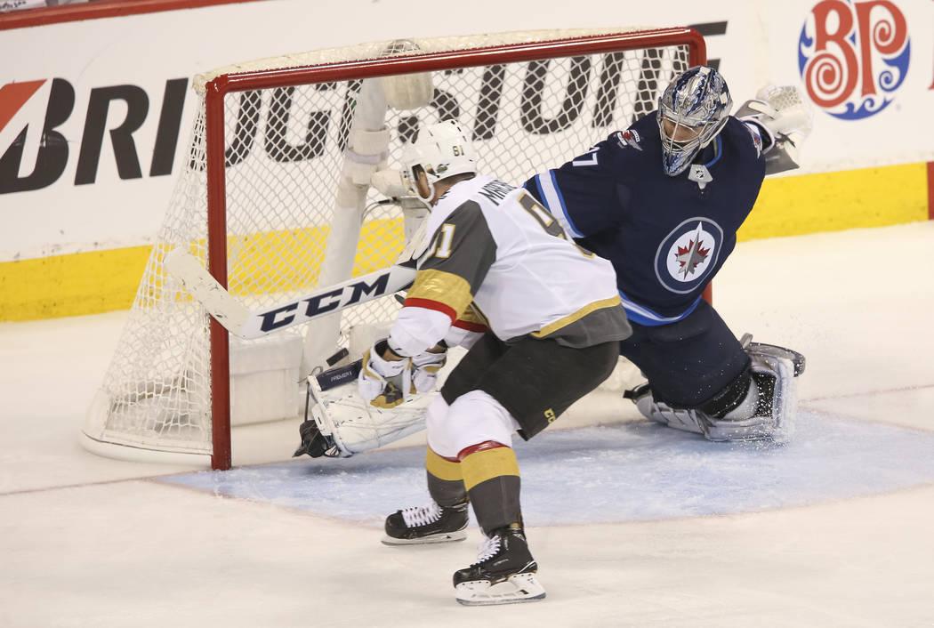 El centro de Vegas Golden Knights: Jonathan Marchessault (81) anota contra el portero de Winnipeg Jets: Connor Hellebuyck (37) durante el tercer período en el Juego 2 de una serie de playoffs de ...