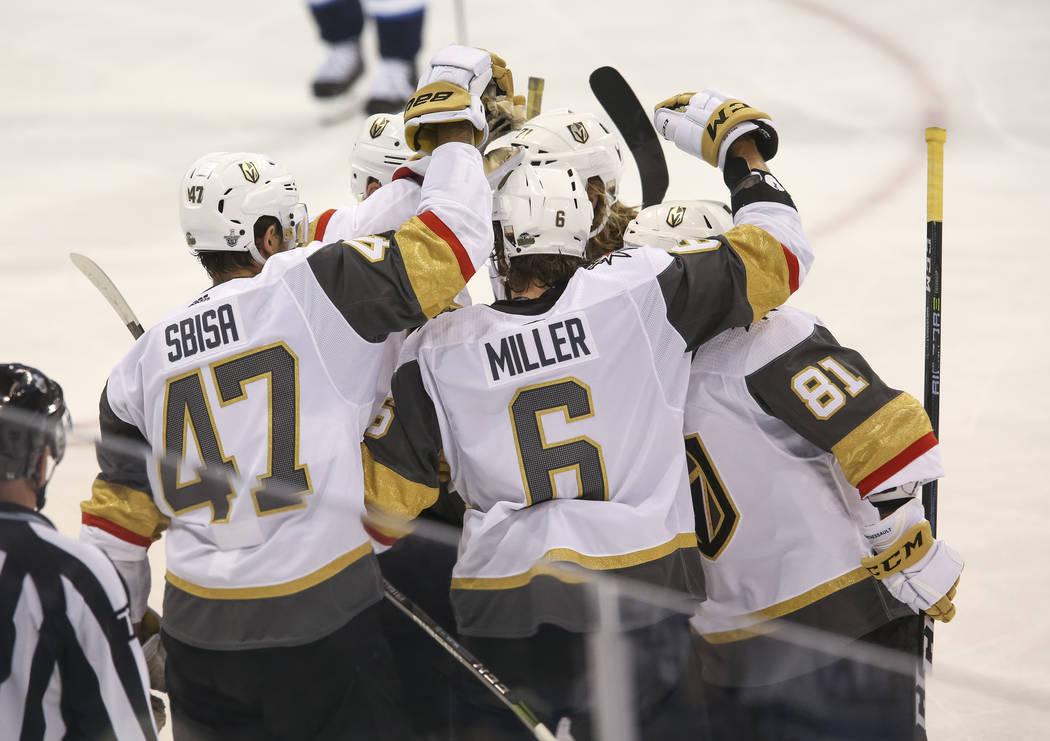 Los Vegas Golden Knights celebran el tercer gol de Jonathan Marchessault (81) contra los Winnipeg Jets en el Juego 2 de una serie de playoffs de tercera ronda de hockey de la NHL en el Bell MTS Pl ...