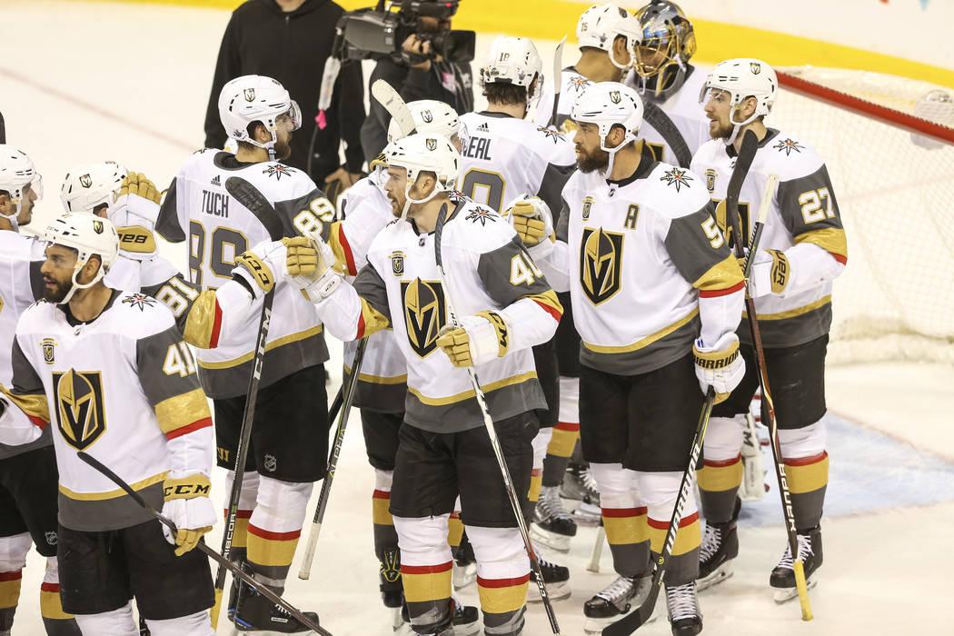 Los Vegas Golden Knights celebran su victoria de 3 a 1 sobre los Jets de Winnipeg en el Juego 2 de una serie de playoffs de tercera ronda de hockey de la NHL en el Bell MTS Place en Winnipeg, Cana ...