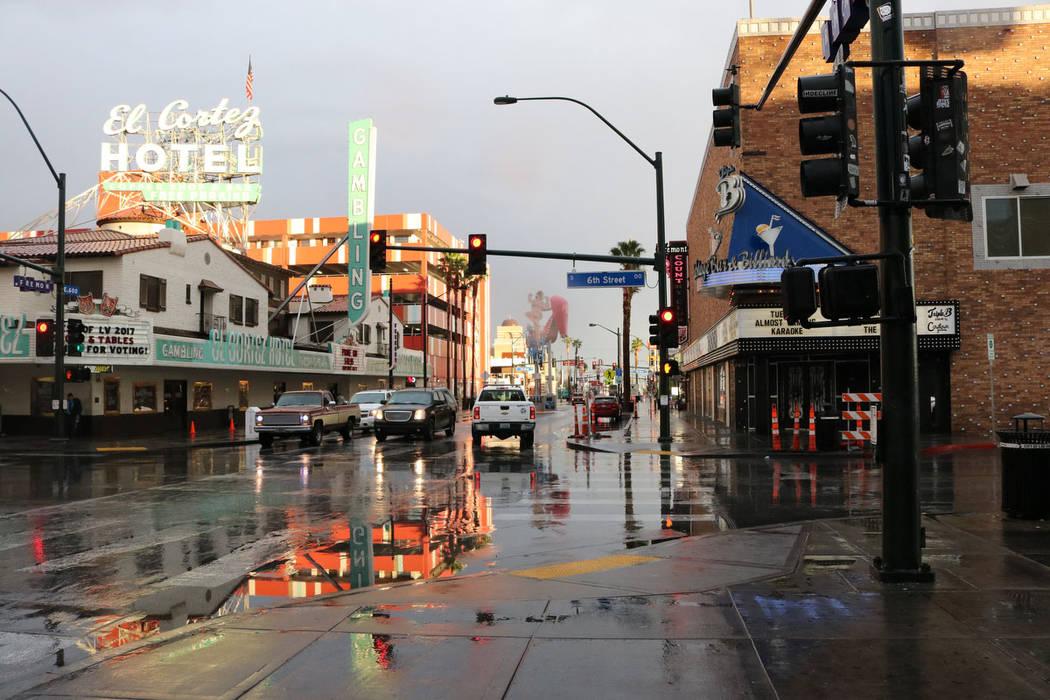 La niebla se cierne sobre Fremont Street en el centro de Las Vegas el martes 9 de enero de 2018. (Janna Karel / Las Vegas Review-Journal)