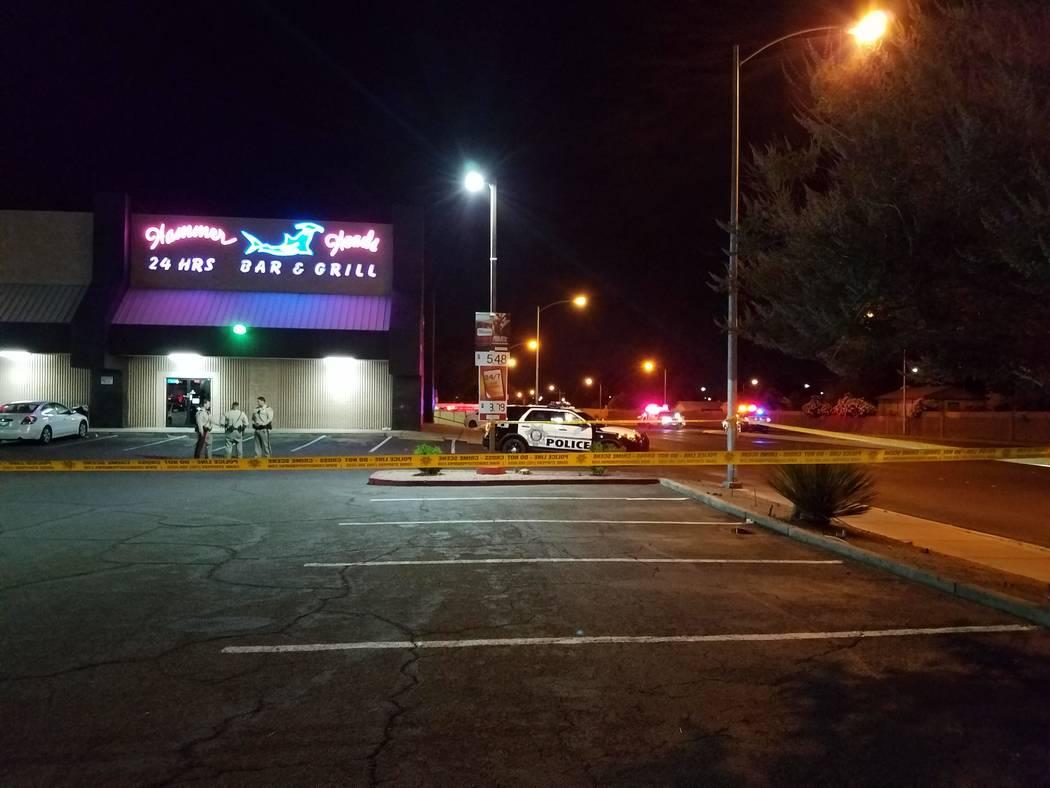 Los oficiales del Departamento de Policía Metropolitana hablan entre sí en un lugar no lejos de la escena de un tiroteo con el oficial involucrado el sábado por la noche en Big Sur Drive en el ...