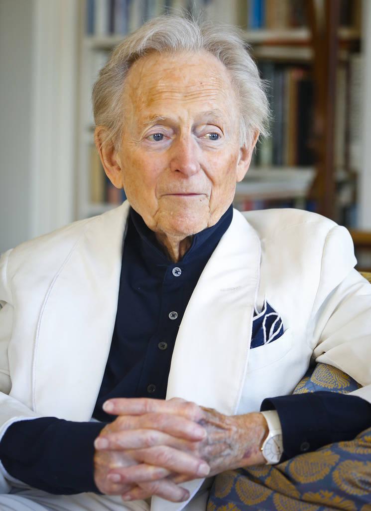 """ARCHIVO - En esta foto de archivo del 26 de julio de 2016, el autor y periodista estadounidense Tom Wolfe, Jr. aparece en su sala de estar durante una entrevista sobre su último libro, """"The Kingd ..."""