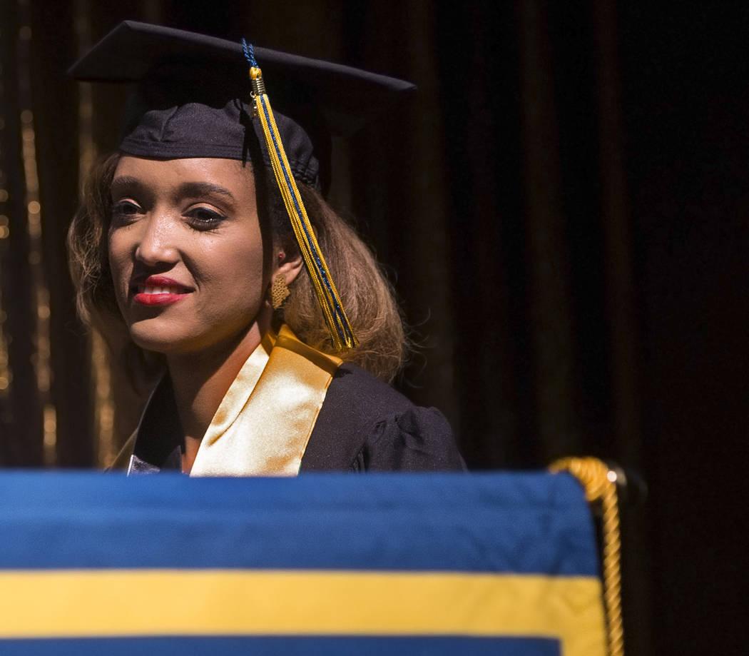 Niyat Teweldebrhan, una refugiada eritrea de 28 años que sobrevivió a la guerra en su país, espera en el escenario para recibir su Maestría en Ciencias Médicas de la Facultad de Medicina Oste ...