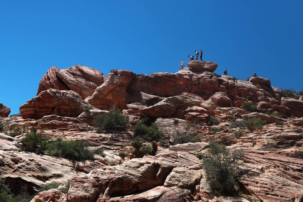Los visitantes caminan por el Área Nacional de Conservación Red Rock Canyon en Las Vegas el lunes 7 de mayo de 2018. Andrea Cornejo Las Vegas Review-Journal @dreacornejo