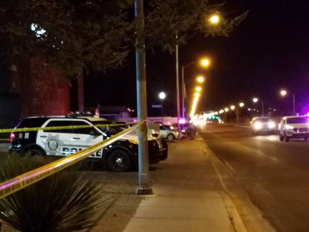 Un vehículo del Departamento de la Policía Metropolitana está estacionado no lejos de la escena de un tiroteo con el oficial involucrado el sábado por la noche en Big Sur Drive en el este del ...